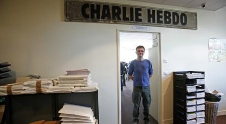 Charb, directeur de Charlie Hebdo posant devant les locaux du journal, le 19 septembre 2012/ REUTERS/ Jackie Naegelen