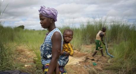 Une ouvrière malienne, près de Kalana, Mali, août 2012. REUTERS/Joe Penney