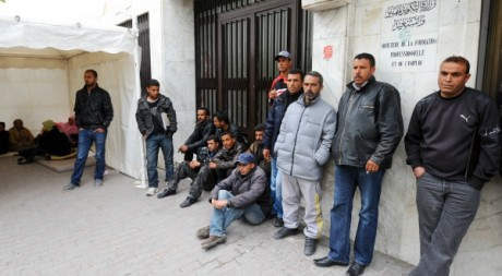 Des Tunisiens au chômage bloquent l'accès du ministère du Travail le 20 avril 2012.  AFP/FETHI BELAID
