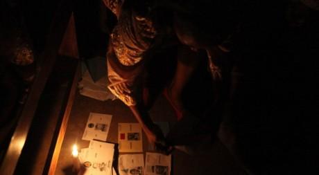 Dépouillement des urnes à la bougie, après l'élection présidentielle d'octobre 2011. © REUTERS/Akintunde Akinleye