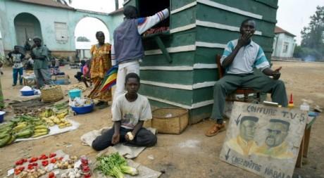 Des commerçants dans un marché congolais, juillet 2003. JACK GUEZ / AFP