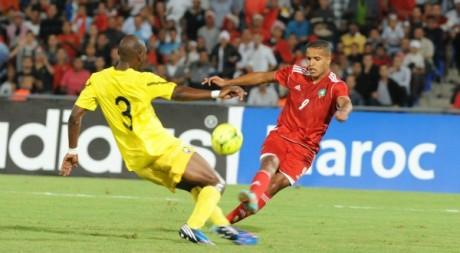 Le Marocain Youssel El Arabi (D) et le Mozambicain Gabriel Macuvele (G), 13 octobre 2013, Marrakech.           FADEL SENNA / AFP