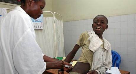 Une infirmière de Médecins du Monde soigne un garçon à Kinshasa (RDC), le 25 septembre 2006. REUTERS/Jacky Naegelen