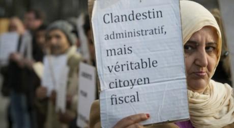 """Action du groupe """"Sans papiers des Hauts de Seine"""" le 9 mars 2012. AFP/JOEL SAGET"""
