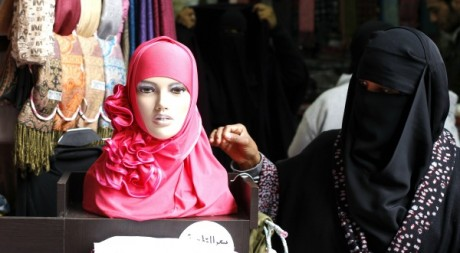 Femme voile dans un souk en Syrie, le 21 janvier 2012.  Reuters/Ahmed Jadallah 