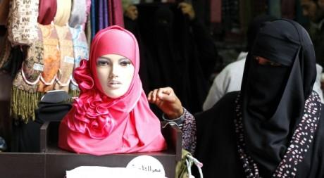 Femme voilée dans un souk en Syrie, le 21 janvier 2012. © Reuters/Ahmed Jadallah