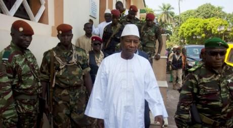 Le président guinéen, Alpha Condé, entouré de la Garde présidentielle, Conakry, décembre 2010. © REUTERS/Joe Penney
