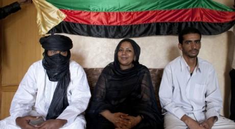 Des membres de l'Azawad posant devant leur drapeau, Nouakchott, mai 2012. © REUTERS/Joe Penney
