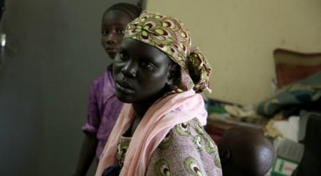 Une jeune femme et ses deux enfants, arrivés de Tombouctou, mai 2012. © Matthieu Millecamps