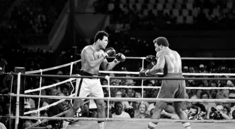 Mohamed Ali (gauche) et George Foreman (droite) lors de leur combat  Kinshasa, 30 octobre 1974.  AFP