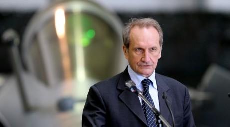 L'ex-ministre de la Défense Gérard Longuet sur une base aérienne le 19 mars 2012.AFP/FRANCOIS NASCIMBENI