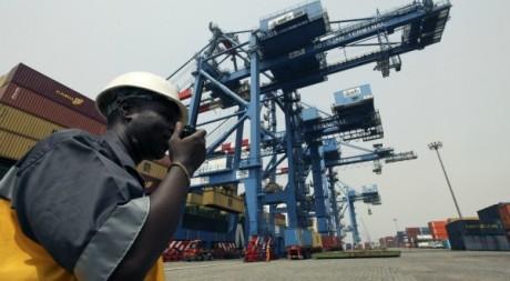 Un travailleur sur le terminal à conteneurs du port d'Abidjan le 17 janvier 2011. Reuters/Luc Gnago