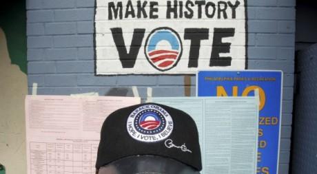 Un partisan de Barack Obama dans un bureau de vote de Pennsylvanie le 6 novembre 2012. REUTERS/Tim Shaffer