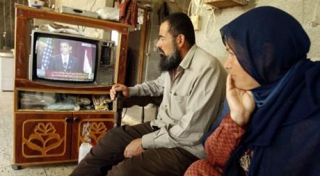 Des Palestiniens regardent un discours d'Obama le 4 juin 2009. Reuters/Ibraheem Abu Mustafa