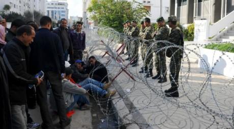 Chômeurs devant le QG du groupe tunisien de chimie le 30 novembre 2011. AFP/FETHI BELAID