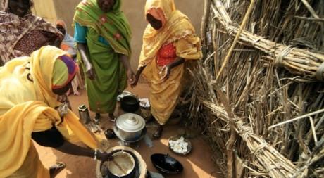 Femmes engagées dans un programme de développement (Darfour) REUTERS/Mohamed Nureldin Abdallah