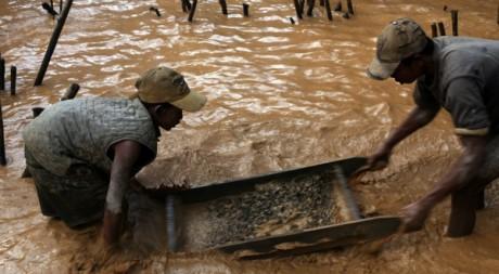 Extraction de saphyr à Didy, juin 2012. ©ANDREEA CAMPEANU / AFP