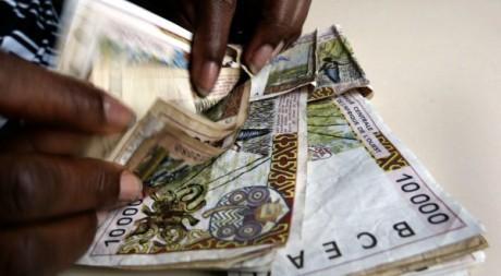 Des liasses de faux billets de banque. Le 10 avril 2002 à Abidjan. AFP/ Issouf Sanogo