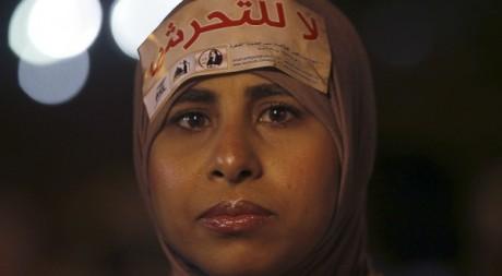 """Une Égyptienne manifeste devant le palais présidentiel au Caire. Sur son foulard: """"Non au harcèlement"""". REUTERS/Amr Dalsh"""
