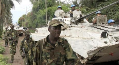 Des blindés de la Monusco côtoyent des rebelles du M23 à Goma, le 20 novembre 2012. REUTERS/James Akena