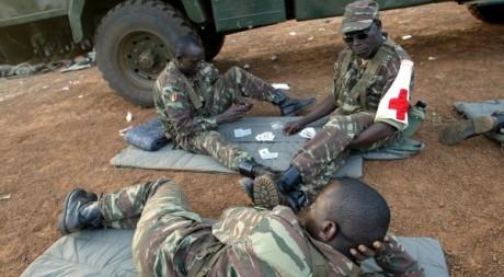 Soldats maliens dans le camp béninois de Cana, le 06 décembre 2004. AFP/PIUS OTOMI EKPEI