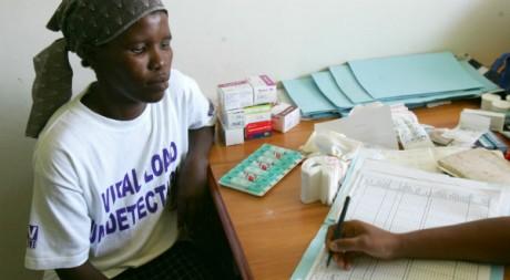 Une femme recevant son traitement dans une clinique sud-africaine, le 24 novembre 2005. REUTERS/Mike Hutchings