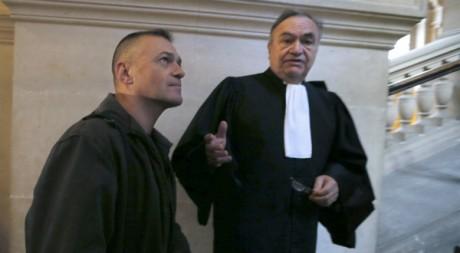 Le soldat français Guy Raugel et son avocat arrivent à la Cour d'assises de Paris, le 27 novembre 2012. AFP/Kenzo Tribouillard