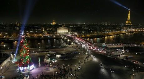 Arbre de Noël érigé sur la place de la Concorde à Paris, décembre 2012. © PATRICK KOVARIK / AFP