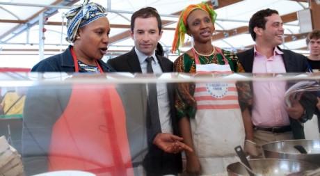 Razzy Hammadi (à droite de la photo), pendant la campagne des législatives, Montreuil, juin 2012. © BERTRAND LANGLOIS / AFP