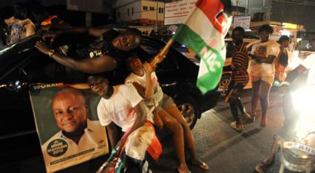 Des soutiens de Mahama à l'annonce de son élection, Accra, le 9 décembre. © PIUS UTOMI EKPEI / AFP