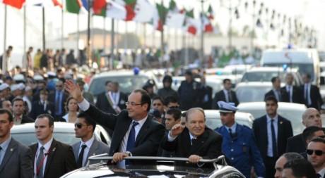 François Hollande salue la foule à son arrivée à Alger, 19 décembre 2012. © FAROUK BATICHE / AFP