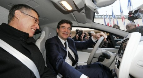 Arnaud Montebourg (au volant) Paris, 17 décembre 2012. © REUTERS/Benoit Tessier