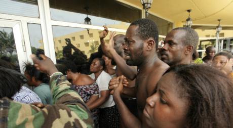 Amis et partisans de Laurent Gbagbo, le 11 avril 2011, Hôtel du Golf, Abidjan. © REUTERS