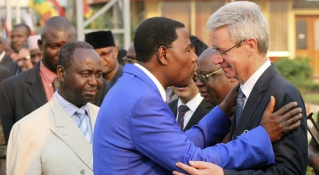 L'ambassadeur de France à Bangui Serge Mucetti salué par Boni Yayi devant François Bozizé, 30 décembre 2012. REUTERS/Luc Gnago