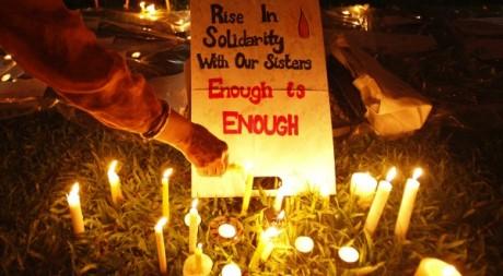 Des bougies en hommage à la jeune Indienne violée, Singapour, janvier 2012. © REUTERS/Edgar Su
