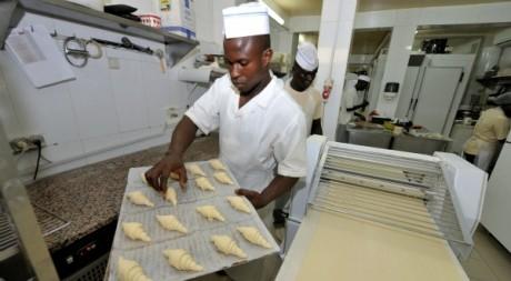 De jeunes ouvriers dans une boulangerie, Dakar, octobre 2012. © SEYLLOU / AFP