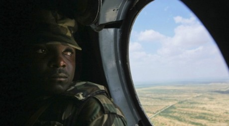 Soldat survole la Somalie le 25 novembre 2012. Reuters/Handout