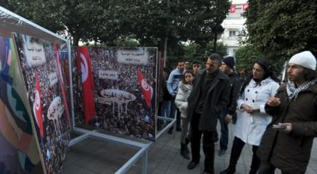 Public visitant une exposition sur la révolution tunisienne, janvier 2013. © FETHI BELAID / AFP