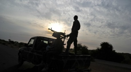 Un soldat de l'armée malienne qui arme son pick-up près de Markala. Le 22 janvier 2013. AFP/ Issouf Sanogo