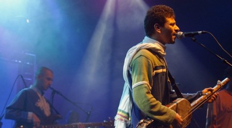 Amazigh Kateb en concert, Nancy, octobre 2003. © JEAN-CHRISTOPHE VERHAEGEN / AFP