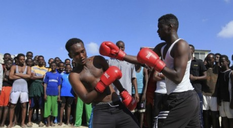 Des adolescents lors d'un combat de boxe, Mogadiscio, Somalie. REUTERS/Feisal Omar, 25 janvier 2013.