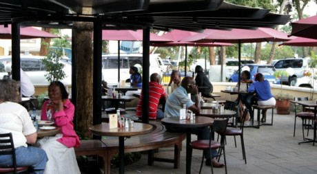 Consommateurs dans un café kényan. ©REUTERS/Noor Khamis