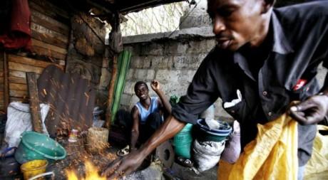 Des ferrailleurs dans un «laboratoire» d'extraction de métaux précieux. Le 21 juin 2007 à Dakar. Reuters/ Finbarr O'Reilly