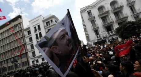 Des manifestants à Tunis arborent le portrait de Chokri Belaïd, le 6 février 2013. Anis Mili/Reuters
