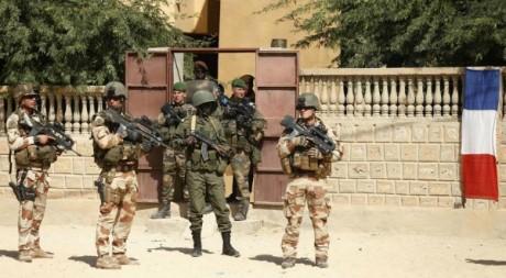 Des soldats français et maliens devant le centre de documentation de Tombouctou. Le 2 février 2013. Reuters/Benoit Tessier