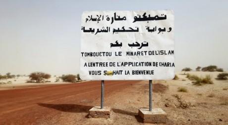 Panneau placé par les islamistes à l'entrée de Tombouctou, 31 janvier 2013. REUTERS/Benoit Tessier