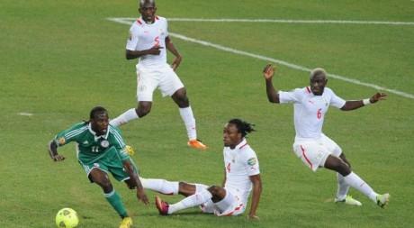 Victor Moses (Nigeria, gauche) contre Bakary Kone (droite, Burkina), 10  février 2013.©ALEXANDER JOE / AFP