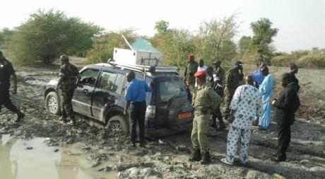 Des soldats camerounais près du véhicule des Français enlevés, Dabanga, 19 février 2013/ AFP