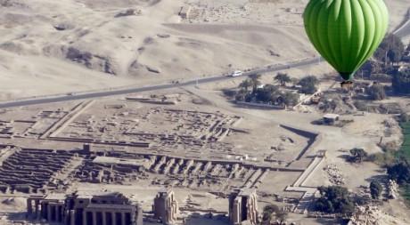Montgolfière survole le temple du Ramasseum à Louxor. REUTERS/Amr Abdallah Dals