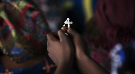 Une femme tient une croix lors de la visite de Benoît XVI, le 18 novembre 2011, à Cotonou. REUTERS/Finbarr O'Reilly
